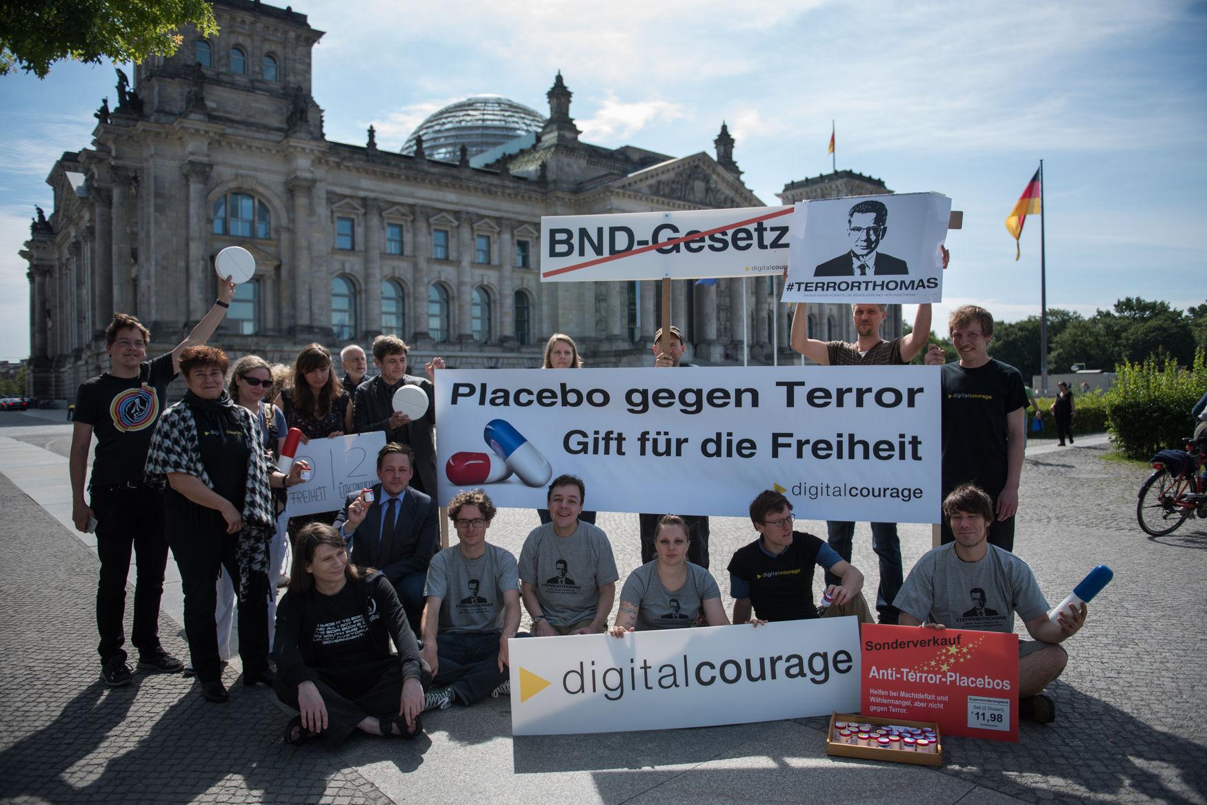 Konstantin von Notz (MdB Grüne) kam zu uns vor den Bundestag und schaute sich unsere Anti-Terror-Placebos an. Später kritisierte er in seiner Rede im Bundestag das BND-Gesetz scharf.