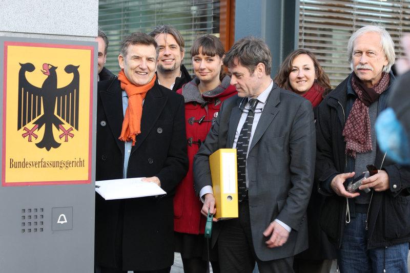 …so werden Freiheit und Grundrechte verteidigt – mit Recht! Rechtsanwalt Meinhard Starostik gibt den Schriftsatz der Verfassungsbeschwerde in den Briefkasten des Bundesverfassungsgerichts.