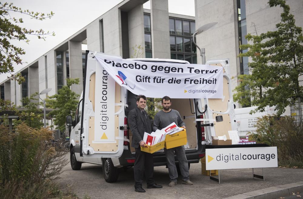 Digitalcourage: Aktion an der Poststelle des Deutschen Bundestages – Übergabe von BNDal-Dosen an alle Abgeordneten.