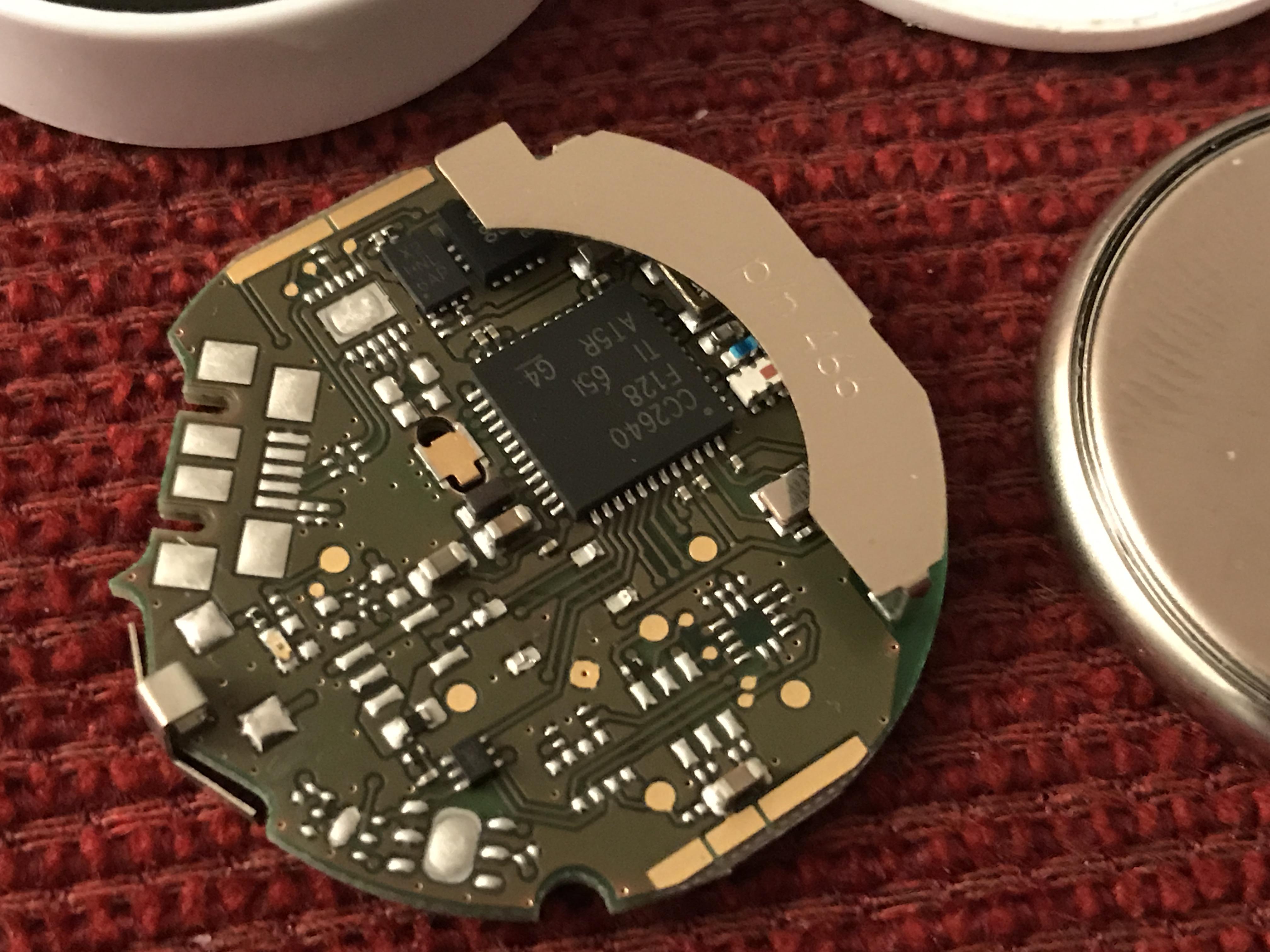 Im Inneren des Beacons blukii L: Das ist keine passive RFID-Technik, von der Testpersonen und Öffentlichkeit ausgehen mussten. Der Beacon sendet aktiv jede Sekunde Daten über Bluetooth.