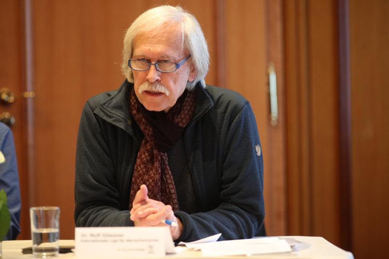 """""""Die Internationale Liga für Menschenrechte geht davon aus, dass die Massenspeicherung von Telekommunikationsdaten einen unverhältnismäßigen Eingriff in das Grundrecht der informationellen Selbstbestimmung darstellt und auch in das Menschenrecht auf Privatheit eingreift"""" sagt Rolf Gössner, Vorstandsmitglied der Internationalen Liga für Menschenrechte."""