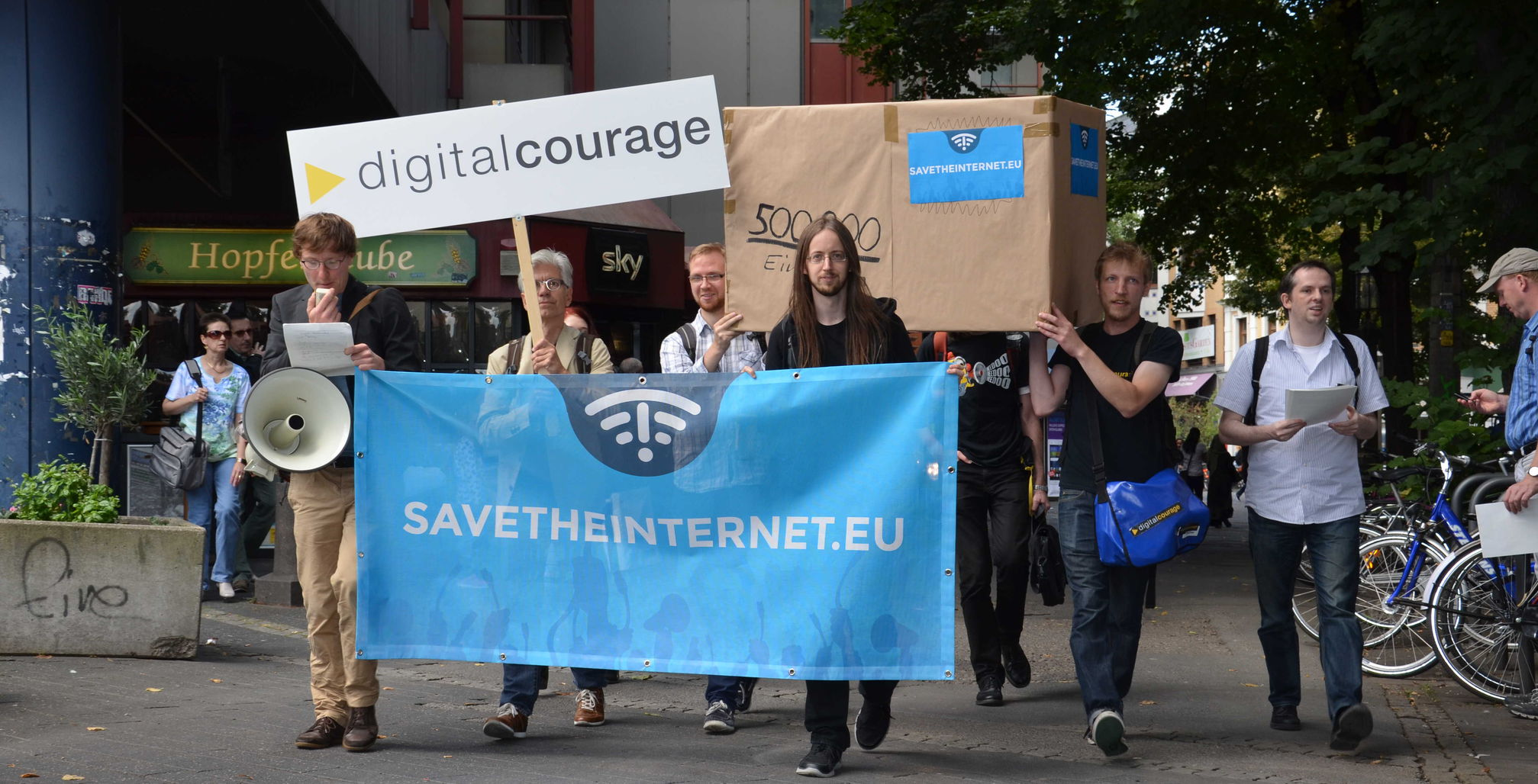 das Banner sagt: www.savetheinternet.eu/de