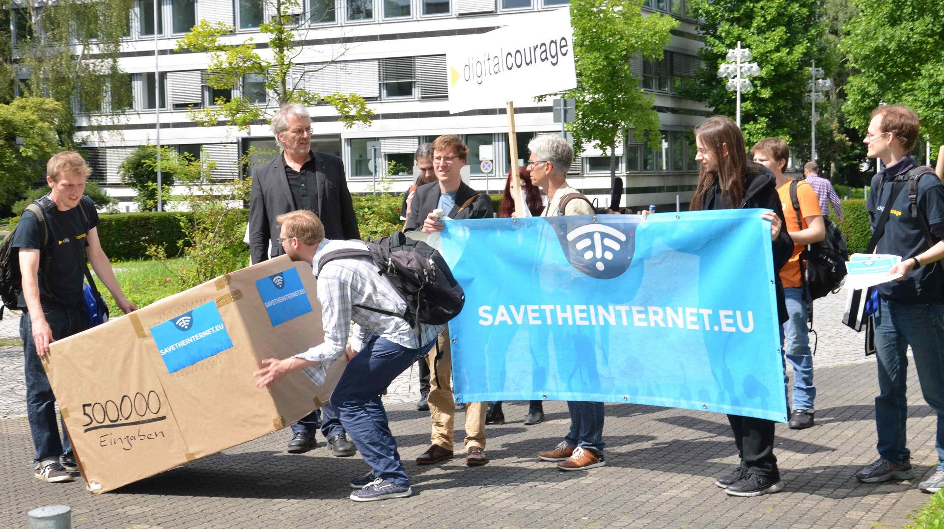 Das Paket mit 500.000 Zuschriften für Netzneutralität erreicht den Hof der Bundesnetzagentur.