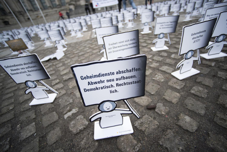Weil sich Geheimdienste nicht kontrollieren lassen, wie die Abgeordneten im Bundestag erfahren mussten, müssen die Überwachungsbehörden abgeschafft werden, damit neue Strukturen aufgebaut werden können.