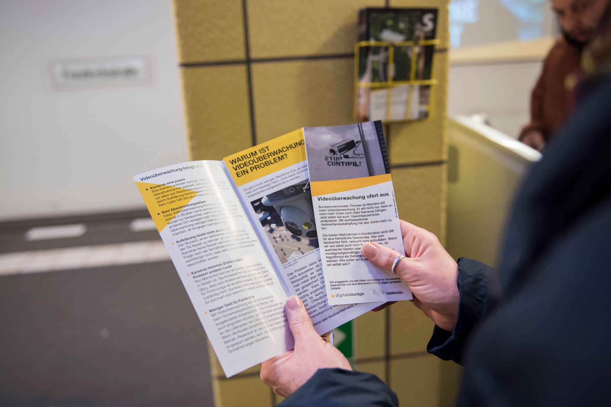 Flyer haben wir auch verteilt: mit tieferen Informationen, was Videoüberwachung einer demokratischen Gesellschaft antut.